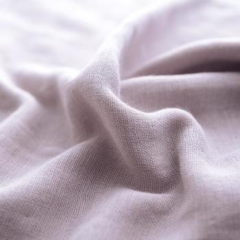 サイズも33cm角と、一般的なハンドタオルに比べるとやや大きめですが、4重ガーゼを使用しているので、タオルとしての吸水性もしっかり残しつつ、大幅なボリュームダウンを叶えており、パイル地よりも薄手の仕上がりになっています。