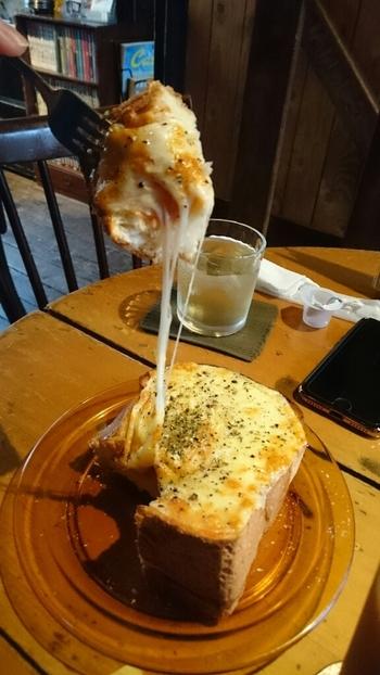 分厚いピザトーストは、チーズがとろーっと伸びてパンもサクサク。食感も楽しむことができます。甘めがお好きなら、マシュマロトーストもおすすめですよ。