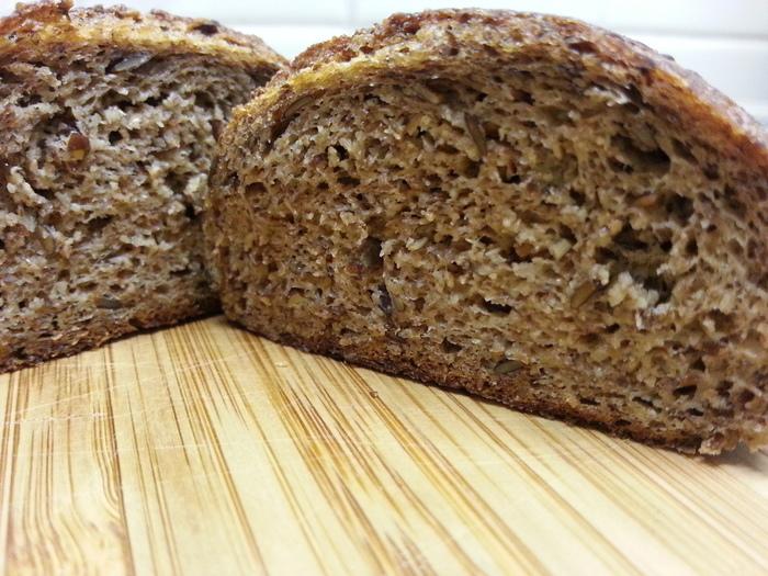 「Kコンプレ」は、小麦のふすまと胚芽を特別な方法で乳酸発酵させたものを使っています。小麦の量を減らす代わりにこんにゃくパウダーやアマニを使うことで、パンらしい食感が味わえます。