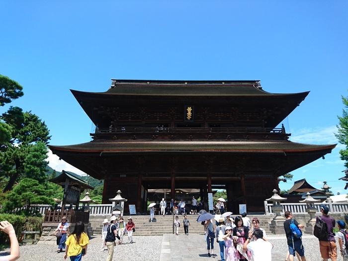 仁王門から仲見世を歩いた先にある善光寺の山門。桁行き約20.4m、梁行き約8m、高さ約18mの入母屋造りの立派な大楼門です。