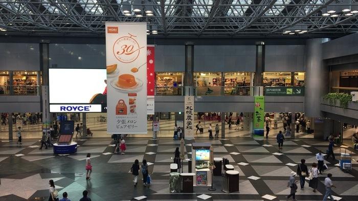 北海道旅行を楽しむ多くの人が国内外問わずやってくる新千歳空港。旅の始まりや終わりを飾る場所だけに、「北海道といえば」といえるショップがひしめきあっています。