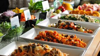 シナグロの人気ビュッフェ、ベジタブルバー。 安心で新鮮な季節のお野菜を心ゆくまで堪能できます!