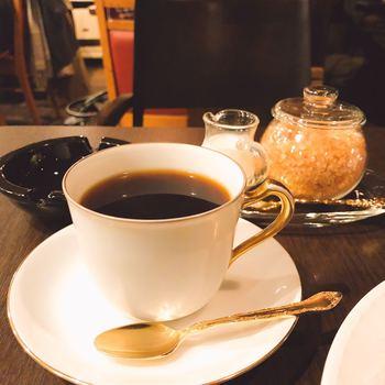 大倉陶園の端然としたカップで供される自家焙煎のコーヒー。
