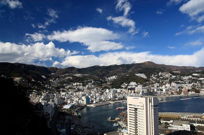温泉好きだった徳川家康公が江戸にも取り寄せていたといわれる名湯が「熱海温泉」です。温泉観光地として、近年また新たに注目を浴びている地域でもあります。こちらで今回ご紹介したお宿は「熱海 ふふ」です。