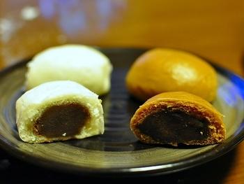 饅頭は白と黒(黒糖)の生地の2種類があります。あんこは北海道産のものを、黒糖は沖縄産のものというように、素材にこだわって作られています。隠し味には、伊豆大島の海塩が使われています。甘さ控えめで小ぶりなため、いくつでも食べれそうです。