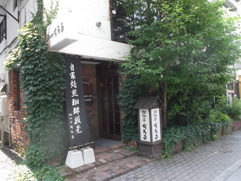 珈琲亭ちろるは、旭川出身の作家、三浦綾子の著書「氷点」にも登場する旭川最古の喫茶店です。JR旭川駅から徒歩で10分ほど。買物公園からちょっとはずれた横道にあります。創業は1939年。夏は生い茂る草木でお店を見落としてしまいそうなほど、歴史を感じる佇まいです。