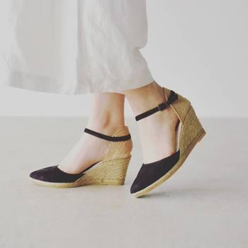 靴底のカーブと土踏まずの間にスカスカと隙間が空いていると、体重をうまく支えることができません。土踏まずとかかとの部分で足を気持ちよく支えてくれる靴は、きちんとフィットしているサイン。ただし、インナークッションがあまりに詰め込まれている靴はかえって足指に力が入りづらくなることがあります。自分のかかとや足指できちんと地面を蹴り出すことができるかどうかもチェックして下さいね。