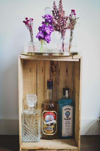 同系色のお花をそれぞれ短くカットし、種類別にビンへ。お気に入りのトレーの上に並べれば、ブーケとはひと味違う、インテリアとしてより存在感のあるディスプレイに。