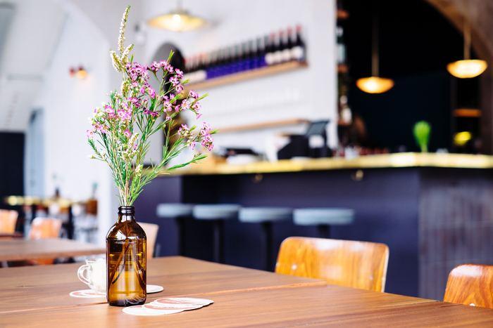 ピンクの小ぶりなお花に、白い高さのある長めのお花、グリーンを添えて。テーブル上を彩るプチブーケのようなディスプレイです。お部屋の雰囲気や家具のカラーにビンの色味を合わせ、より調和しやすいようにコーディネートされています。