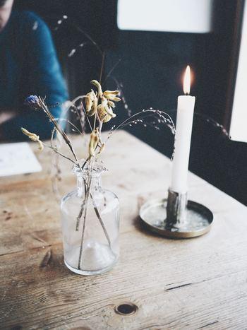 お気に入りのドライフラワーを少しだけ、ゆとりを持たせて飾って。生花よりも華やぎが控えめなドライフラワーは、普段のダイニングテーブルに飾っても主張しすぎないのでナチュラルな雰囲気になりますよ。