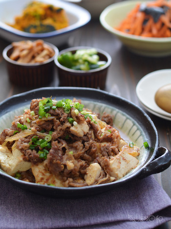 とっても豪華に見えますが、具材は牛肉、玉ねぎ、豆腐だけの節約レシピ。一晩ねかせてあげることで、出汁の旨みがじっくりと染み込みます。