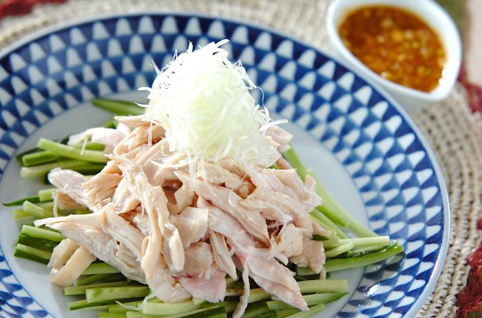 鶏むね肉ときゅうりで作る、夏にぴったりのさっぱりとした一品。鶏むね肉は蒸して使うので、よりヘルシーに!