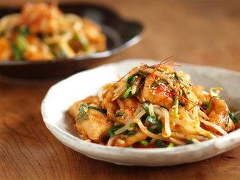 鶏むね肉と白菜キムチ、そしてニラをささっと炒めて作る、ピリリとした味付けが癖になる鶏キムチ。鶏むね肉を使うことで、しっとりと仕上がります。