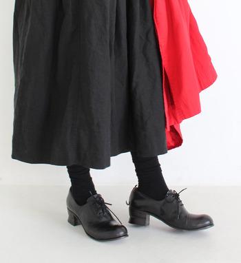 レースアップシューズも、こちらのようなヒール付きならグッとフェミニンな印象になります。大きめで安定感のあるヒールは歩きやすさもバッチリ。靴職人が丁寧に仕上げた逸品ですが、ベロの裏にさりげなくゴムがついているので、靴紐を解かなくても楽に履くことができます。