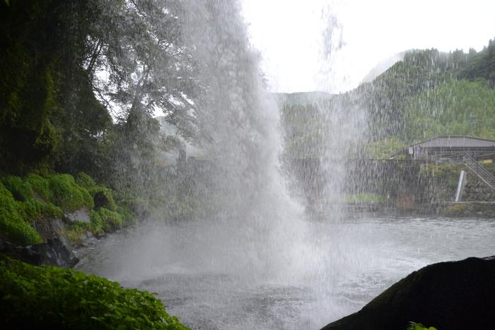 """滝の裏に回ることができる""""裏見の滝""""でもあります。水しぶきがかかるため、夏には涼を満喫できます。時計回りで滝を一周すると幸せを呼んでくれると言われているので、ぜひお試しください♪"""
