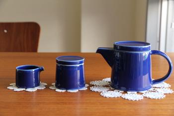 こちらは、白山陶器のシュガーポット。シュガーポット、クリーマーまで同デザインで揃えられるシリーズです。
