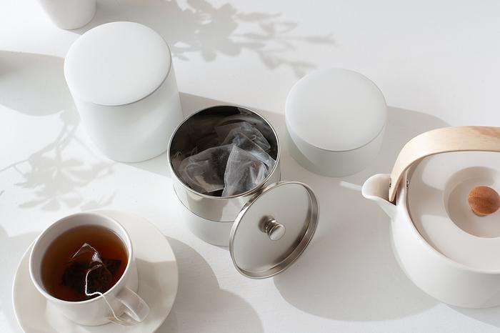 缶に入っていないお茶の保存にはキャニスターを使いましょう。 こちらは内蓋が付いていて、気密性が高いので茶葉を保存するのに向いています。