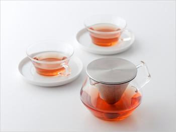 ガラス製のポットやカップは紅茶のきれいな色が楽しめます。 暑い季節に涼し気な見た目は嬉しいですね。