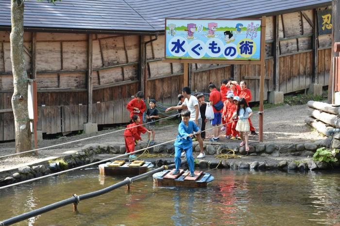 「水ぐもの術」はまるで忍者のように、池の上をスイスイ渡ることができますが、まれに落ちることもあるので着替えを持って行った方が良いかも。他にも忍者屋敷や忍者ショーなどあり、家族で一日たっぷりと楽しめそう。