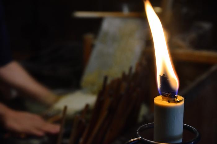 ハゼの実をつぶして作った木蝋を、素手ですくい、何層にも塗り重ね、一本一本手作りします。製造の様子を見学させてもらえるので、200年の伝統をその目で見てみてください。その技も、お店の風情ある佇まいも、一見の価値ありです。和蝋燭は、優しい炎でススが少なく、長く燃え続けるのが特徴です。お土産におすすめ。