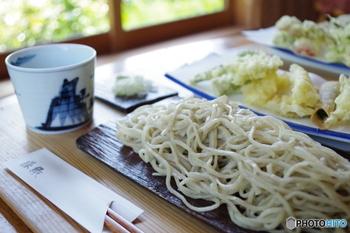 こちらは自家製粉の挽きたての蕎麦を楽しめる「勝緑(しょうえん)」。県外から多くの方が訪れる人気の蕎麦屋です。