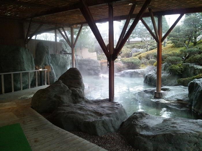 温泉は宿泊してのんびりが一番ですが、日帰り温泉も数か所あります。こちら「ユルイの宿 恵山」は、風情のある露天風呂が魅力です。「ふれあいの湯」「あひるの湯」といった無料の足湯スポットもありますよ。