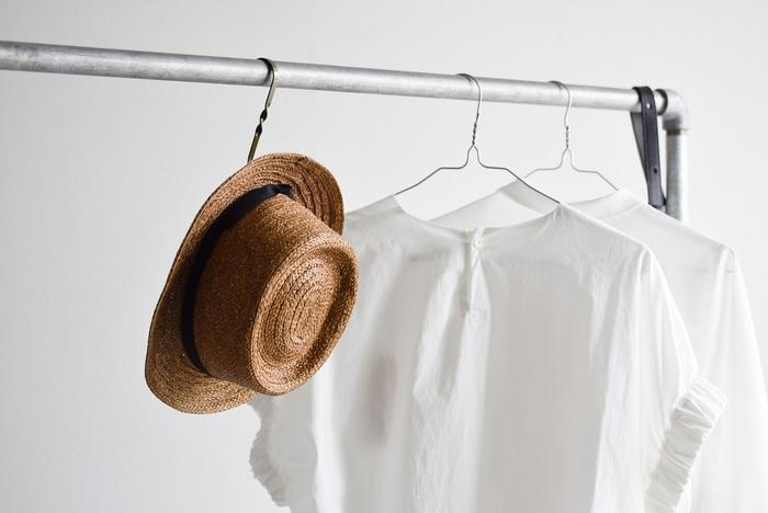 ジメジメした梅雨が終われば、いよいよ本格的な夏の到来!できるだけ涼しく快適に過ごしたいから、ファッションはシンプルなスタイリングがベスト。そんなときコーデのアクセントとして持っていると便利なのが、帽子とヘアアクセサリーです!そこで、さっとプラスするだけでオシャレ度がアップするおすすめアイテムをセレクトしてみました。