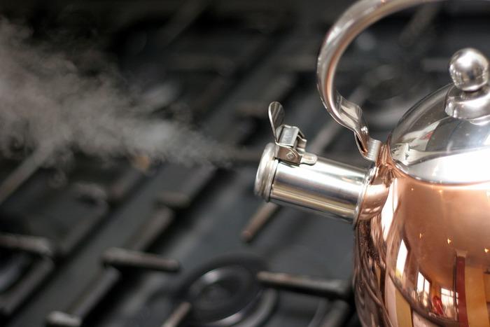 水はミネラルウォーターや浄水器の水はもちろん、水道水の質も上がっているので水道水でもOKです。しっかりと沸かすことがポイントですので、蒸発し量が減っていくため最初の水は多めにしておきましょう。