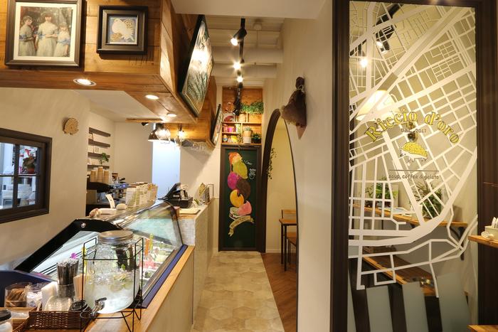 店名のRiccio d'oro(リッチョドーロ)は、イタリア語で金のハリネズミ。 ヨーロッパでは、ハリネズミは幸せを運んでくるといういわれがあるそうで、「金色に輝く幸せをお客様に運ぶ」という願いを込めている。 店内のチャーミングなハリネズミアイテムにも要注目!