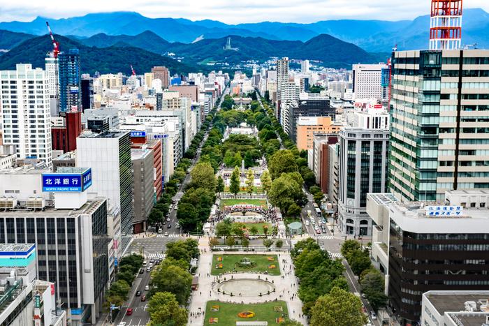 """大都市と自然が美しく調和する街「札幌」。 札幌には、北海道の歴史を感じる建物や、花や緑あふれる公園、アート、グルメ…など、ご紹介した以外にも、魅力あふれるスポットが沢山あります。夏に向けて、札幌は旅するのにおすすめの季節。札幌旅行が初めての人は、まずは、ゆっくり&のんびり""""王道コース""""巡りを楽しんでみてはいかがでしょうか♪"""