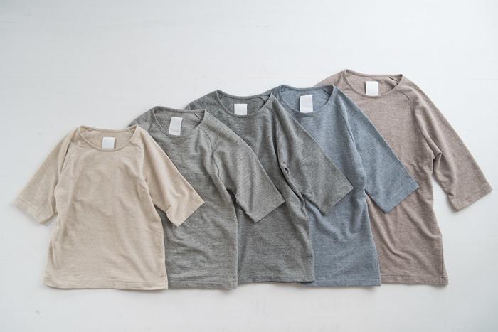 優しいニュアンスカラーに心までリラックスしそうな5分袖Tシャツ。パンと日用品の店「わざわざ」と「yohaku(ヨハク)」で作られたオリジナルです。サイズも豊富なユニセックスデザインなので、家族みんなでお揃いにしたくなりますね。