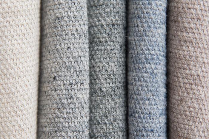 リネン50%、コットン50%の鹿の子編み。秋田にある工場で一着ずつ縫製されています。ぽこぽこした編み地は風通しも良く、夏のべたつく日にも爽やかに着れそうです。今日は掃除したりDIYしたり、活動的に動こうかな…という日にもおすすめ♪