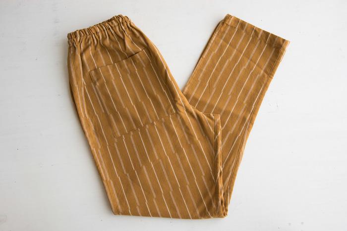 日本の伝統的な日常着「もんぺ」。昔ながらのイメージが強いアイテムですが、現代風にアレンジして、日常に取り入れやすいデザインに仕上げています。丁寧に織られた久留米絣。