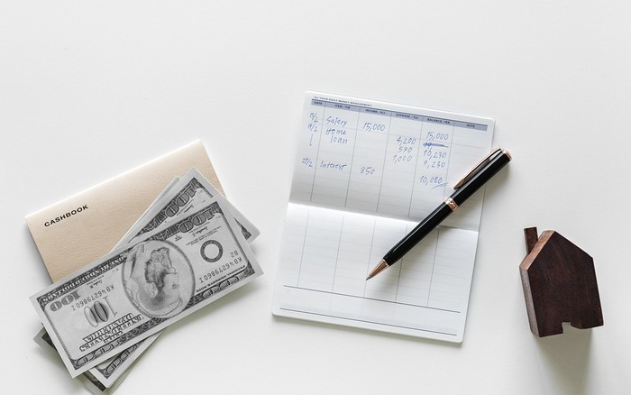銀行口座が給料振込用のひとつだけの場合、生活費に使う分と貯金とが一緒になってしまうので、貯金がいくらあるのかが分かりにくくなります。また、つい貯金に手を付けてしまう元にもなります。