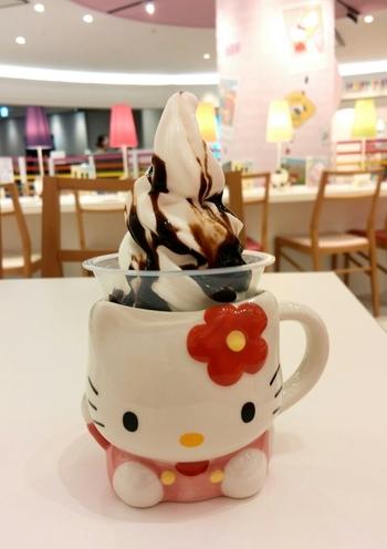 新千歳空港3階の連絡施設にあるエンターテインメント施設「ハローキティ ハッピーフライト」内のカフェでも『雪印パーラー』のソフトクリームが食べられます。こちらではキティちゃんのカップに入ったソフトクリームが。食べた後、マグカップは持ち帰ることができます。