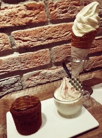 札幌で人気の高いチョコレート専門店『ショコラティエ マサール』。国内線ターミナルビル2階にもショップがありますが、ソフトクリームが食べられるのは保安検査場を通ったあと、搭乗口9番ゲートの近くにあるカフェです。ショコラ・ホワイト・ミックスの3種類があるベーシックなソフトクリームも気になりますが、カップ入りのソフトクリームとフォンダンショコラのセットもとても魅力的なんです。