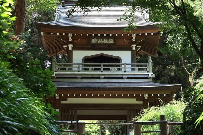 JR横須賀線の北鎌倉駅から歩いて約6分でアクセスできる「浄智寺(じょうちじ)」。鐘楼門や県指定の重要文化財である曇華殿(どんげでん)、子安観音などの見どころが多い寺としても知られています。