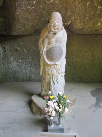 浄智寺には鎌倉江ノ島七福神のひとりであり、家庭円満の神様である布袋様がいらしゃいます。とても愛嬌のある顔をしている布袋様のお腹を撫でると元気をもらえると伝えられています。ぜひ布袋様のお腹を撫でに浄智寺へと足を運んでみてくださいね。