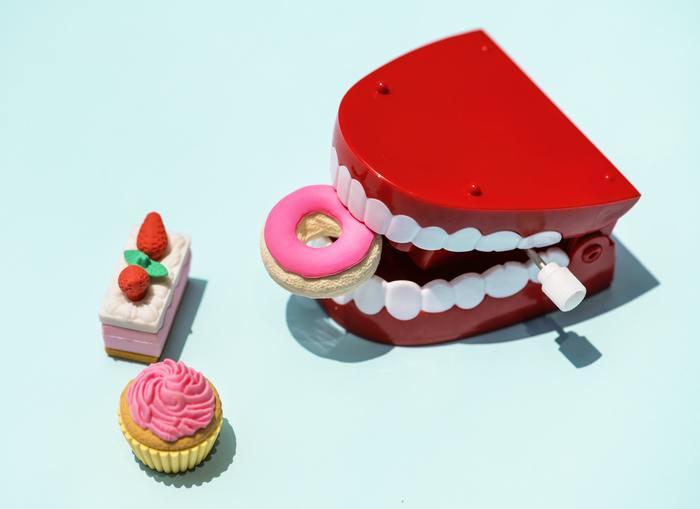 歯と歯茎の境目。少し歯茎に当たるところがポイント!そこに汚れが溜まると歯周病が進み口臭の原因になってしまいます。一度にたくさん磨こうとせず、2本ずつ磨く感覚で当て直して。舌で触ってヌルヌルしている所があれば、もう1度磨き直しましょう。