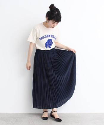 ロゴTとシックなプリーツスカートの組合せが新鮮!Tシャツはコンパクトなサイズ感を選んでタックインすると、バランス良く着こなせます。足元もストラップシューズで可愛らしく。