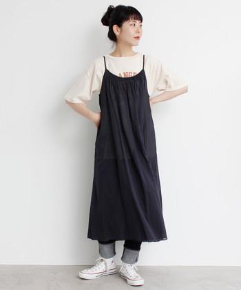 """""""Tシャツ×デニム""""の定番コーデにキャミワンピースを重ねて可愛らしく。ワンピースはブラックをセレクトしているので子供っぽくなりません。デニムの代わりにロングスカートやレギンスを重ねても素敵。"""