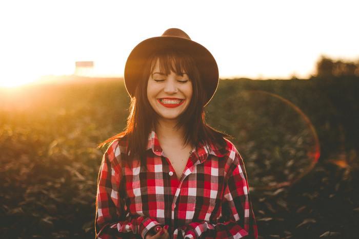 歯ブラシは出来るだけ軽く小刻みに動かしましょう。ゴシゴシと音がしない位が目安です。音がしないと磨いた気がしないかもしれませんが、力を入れてのゴシゴシ磨きは歯磨き粉の中に含まれる研磨剤で、歯のエナメル質を傷つける要因にもなってしまいます。歯と歯の間に毛先を入れる感覚で丁寧に磨いていきましょう。