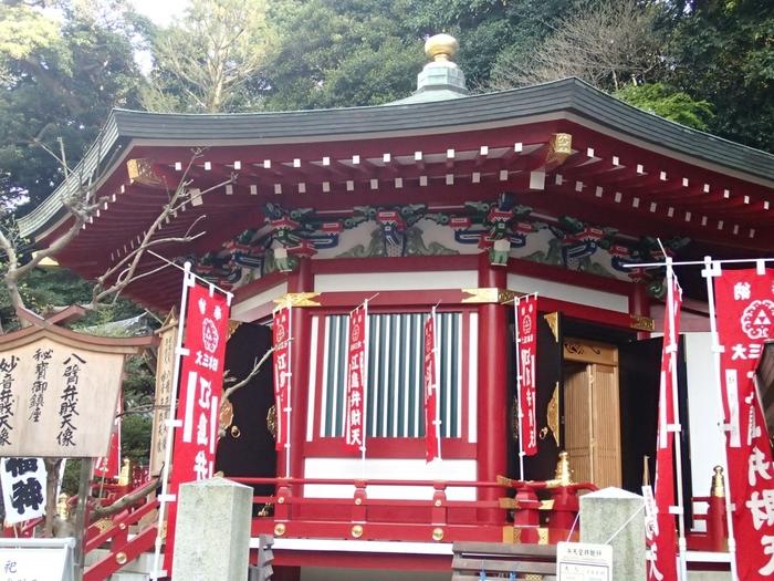 江島神社には、弁財天様がいらっしゃいます。八角のお堂である奉安殿に、八臂弁財天(はっぴべんざいてん)様と 妙音弁財天(みょうおんべんざいてん)様が並んでおられます。その姿は神々しく、大きなパワーをいただくことができそうです。