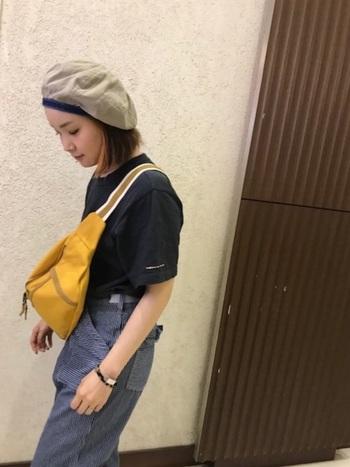 オシャレな人の間で流行っているのが、あえてベルトを短めにして胸の位置で斜めがけする持ち方。落ち着いたカラーの洋服が多いという方は、アクセントになるような明るめカラーのバッグを選んでみて。
