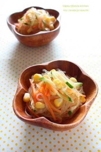 ゴーヤチャンプルにはツルツル食感が美味しい春雨のサラダをプラス。とうもろこしの粒の食感も楽しい食べ応えのあるサラダレシピです。