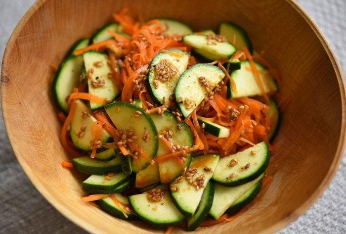 きゅうりに似ていますがズッキーニはかぼちゃの仲間。ビタミンCやカロテンが豊富でおまけにヘルシーな食材です。ズッキーニは生でもいただけるのでサラダにすると食感も楽しめて美味しいですよ。火を使わずできちゃう嬉しい副菜レシピです。
