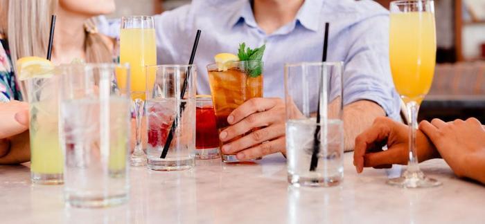 """まずはウェルカムドリンクから。最近は「私、お酒飲めないの」という人も多いですよね?今回は、飲めない方でも楽しめる混ぜるだけでOKの簡単でお洒落な""""ノンアルコールカクテル""""のレシピをまず3つご紹介!"""