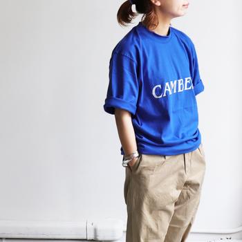 パッと目を惹くブルーのロゴTシャツ。シンプルなデザインですが一枚でも存在感バツグンです。袖をラフにロールアップしてメンズライクに着こなしているのがポイント。