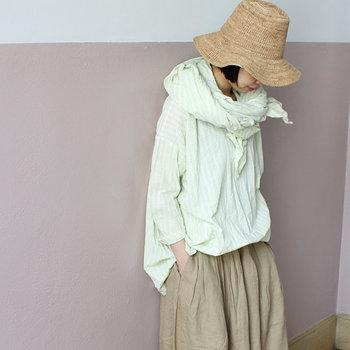素朴で風合い豊かな表情は、ナチュラルファッションとの相性も抜群です。首元に巻いたりサッと羽織ったり、日焼け対策としてはもちろん冷房対策にも便利ですよ。