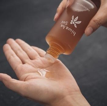 肌トラブルの強い味方として重宝されてきた『びわ葉のエキス』たっぷりの化粧水。ややしっとりした使い心地で、自然なうるおいをキープします。  無農薬、有機栽培(オーガニック)、石油由来・化学合成成分不使用の化粧水は全肌質に適応◎。日焼け、吹き出物、炎症、アトピーなどのトラブル肌の方にもおすすめです。